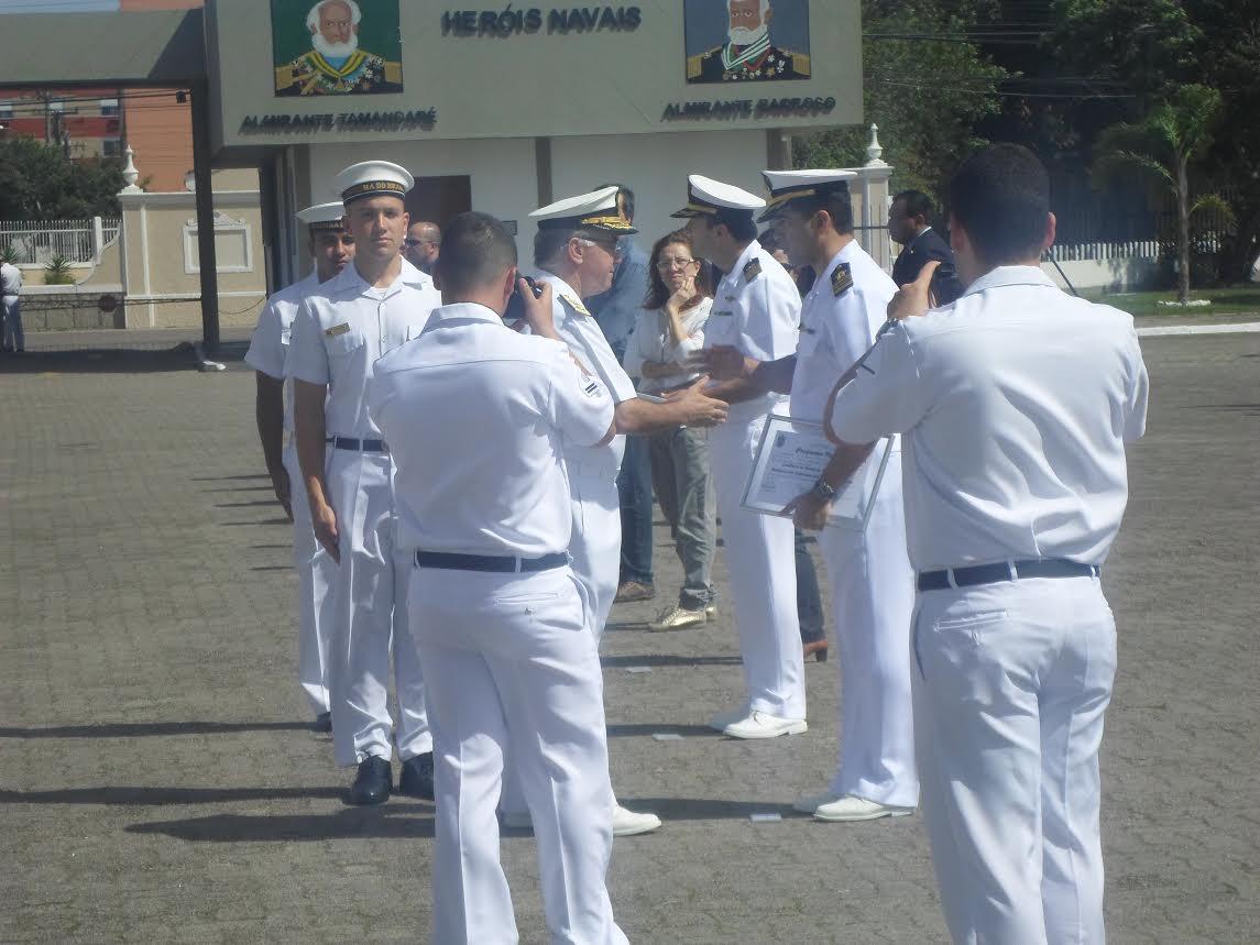 """O CC (T) Marcos Maia, recebendo o troféu """"Excelência em Gestão do 5ºDN 2015"""" do  Vice Almirante Puntel (Comandante do 5º Distrito Naval)"""