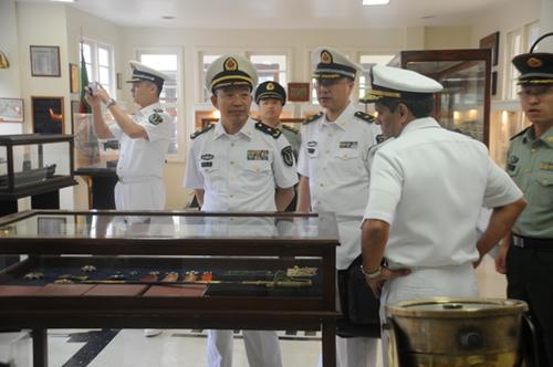 Comitiva da Faculdade de Submarinos da China conhece a Força de Submarinos do Brasil