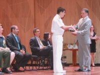 Superintendente do Ensino Profissional Marítimo, Contra-Almirante (RM1) Paulo Cesar Mendes Biasoli, recebe o prêmio pela DPC