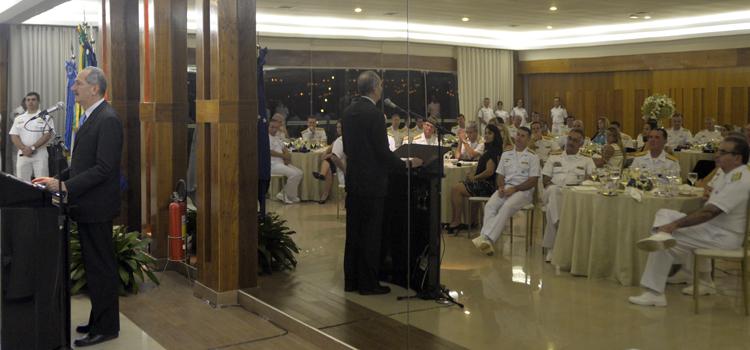 O ministro da Defesa, Aldo Rebelo, homenageou os almirantes promovidos em 2015