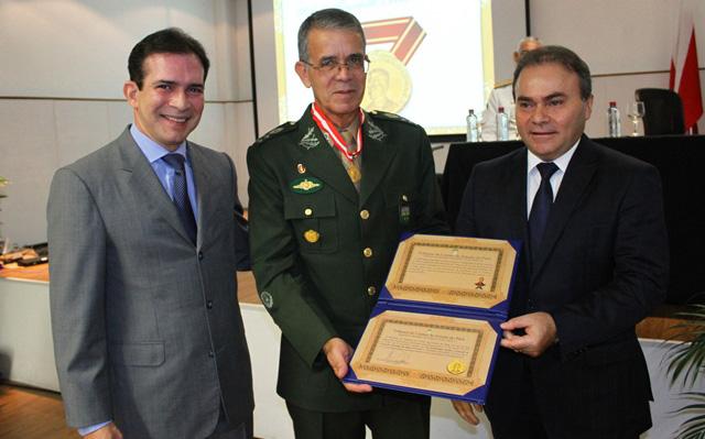 Comandante Militar do Norte recebe comenda do Tribunal de Contas do Estado do Pará