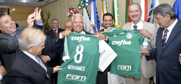 Rebelo presenteou os embaixadores com uma camisa do Palmeiras com os seus respectivos nomes grafados