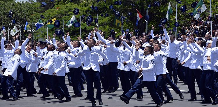 Familiares e amigos se reuniram para prestigiar 564 homens e mulheres que concluíram o curso de sargento da EEAR