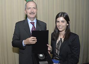 Ministro da Defesa, Aldo Rebelo, entrega para Giovanna Marques Kuele a placa e o certificado de participação no II CMDN