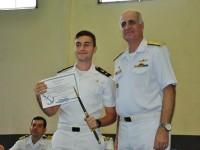 """O aluno Venski recebe o prêmio """"Almirante Saldanha"""" e um espadim de Aspirante da Escola Naval"""