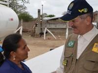 O trabalho da apontadora Maria Euzenir é receber o caminhão, conferir a fonte da água, sua potabilidade, e permitir o abastecimento da cisterna