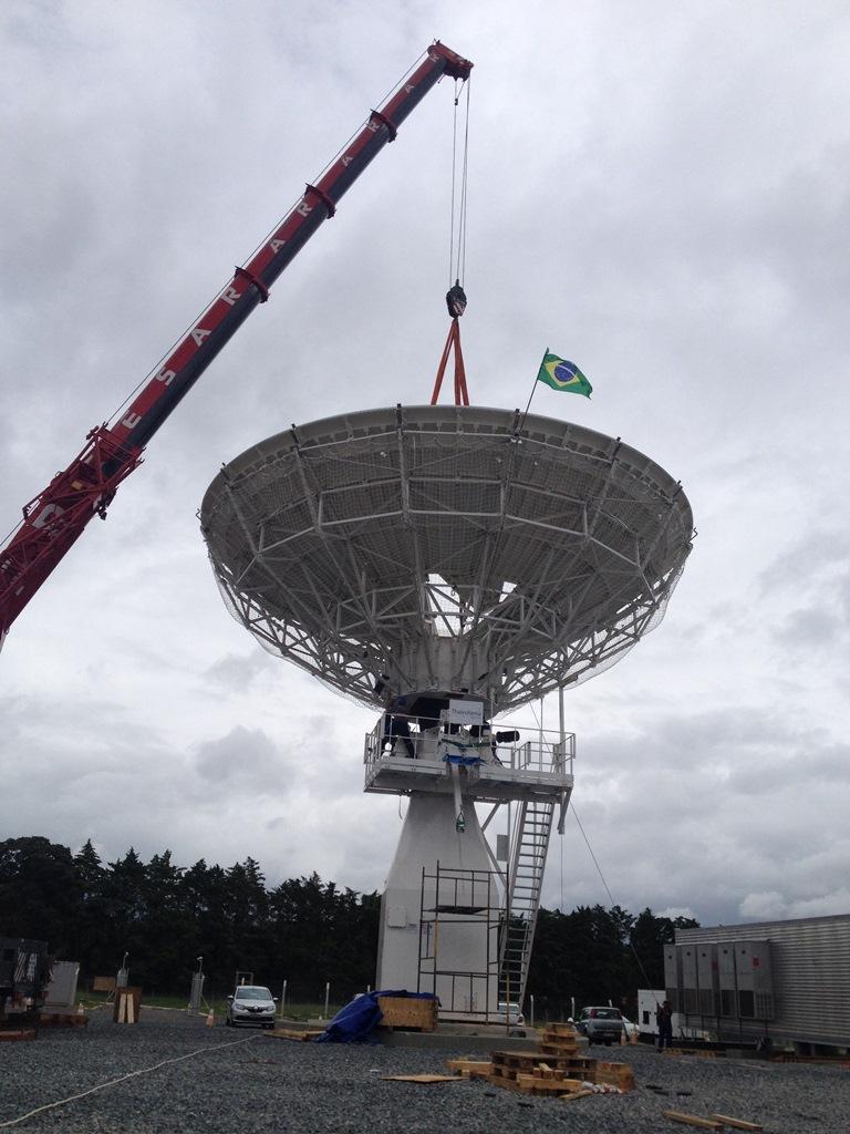 Antena do 1º satélite de defesa e comunicações do governo é instalada em Brasília
