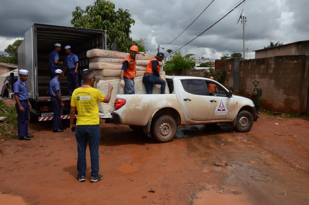 Marinha doa colchões aos moradores da Vila Cauhy, no Núcleo Bandeirante