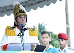 Tenente-coronel Siqueira discursa durante despedida do 1º RCG