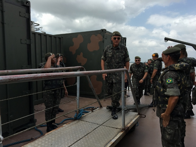 Gen Villas Bôas conhece ferry boat de transporte logístico do 8º D Sup