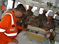 Candidatos-Alunos da EFOMM sendo orientados no passadiço do navio
