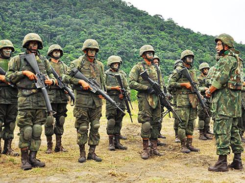 O Comandante de Operações Navais cumprimenta militares após adestramento de tiro