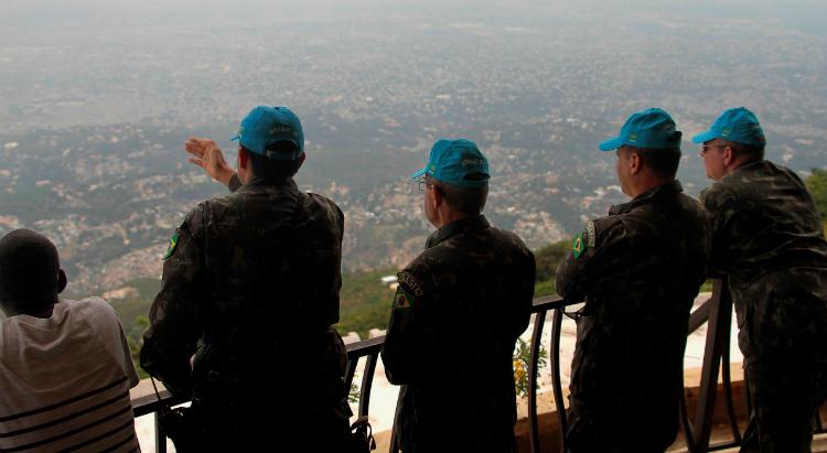 Em Porto Príncipe, oficiais-generais fazem giro do horizonte no ponto mais alto da cidade