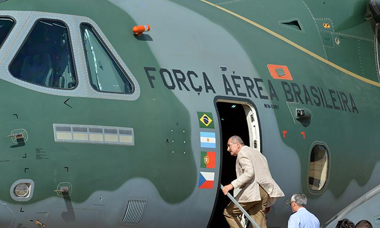 O ministro da Defesa, Aldo Rebelo, conhece o interior do mais novo avião cargueiro projetado pela Força Aérea Brasileira (FAB), o KC-390