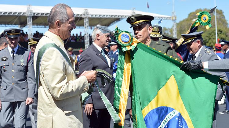 Ministro da Defesa, Aldo Rebelo, condecora cinco pavilhões de instituições civis e militares