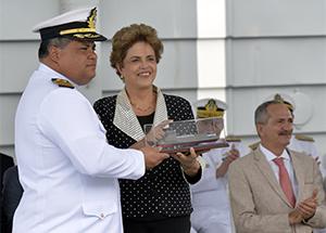 Ao receber Navio Bahia, Dilma garante recursos para projetos de defesa