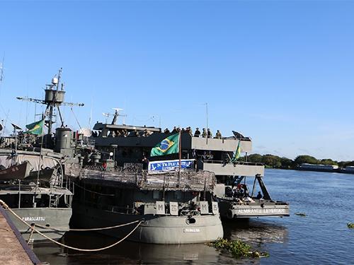 Navios atracando no Cais da Base Fluvial