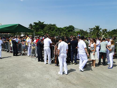 Familiares e convidados das tripulações na recepção aos navios