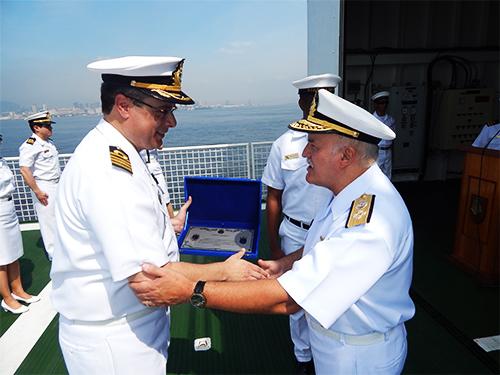 """O Diretor-Geral de Navegação entrega a placa alusiva ao Prêmio Eficiência ao Comandante do NPo """"Almirante Maximiano"""""""