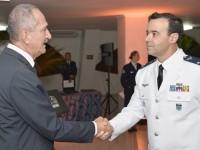 Ministro Aldo cumprimenta o novo oficial-general da FAB, brigadeiro Ary Mesquita