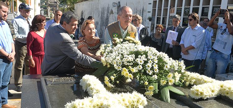 Aldo Rebelo depositou flores no túmulo do ex-presidente, no Cemitério da Venerável Ordem Terceira de São Francisco de São João del-Rei