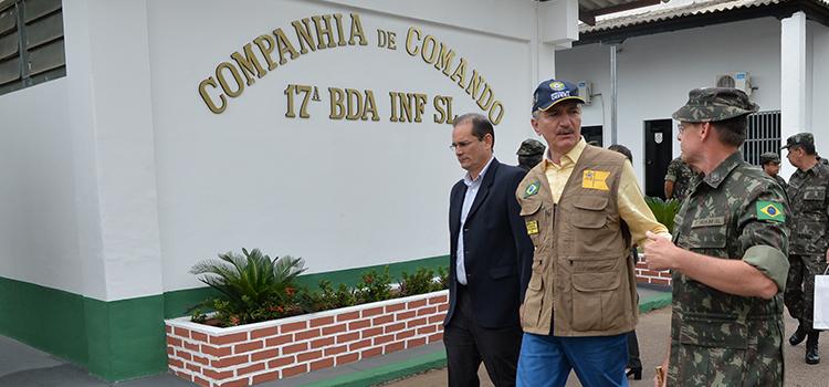 Ministro da Defesa visita batalhão histórico da Amazônia