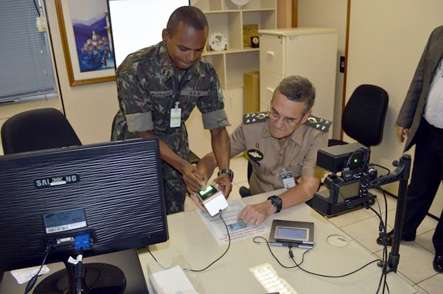 Comandante do Exército realiza coleta biométrica para nova Carteira de Identidade Militar com Chip