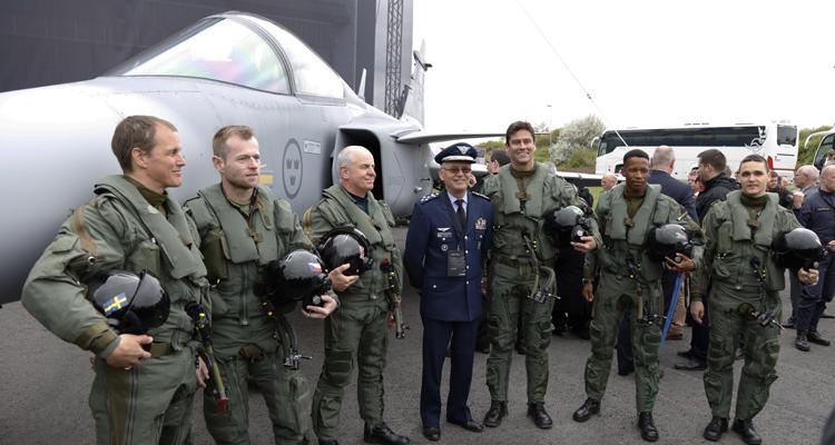 O comandante da Aeronáutica, brigadeiro Nivaldo Rossato, participou da apresentação da aeronave na Suécia