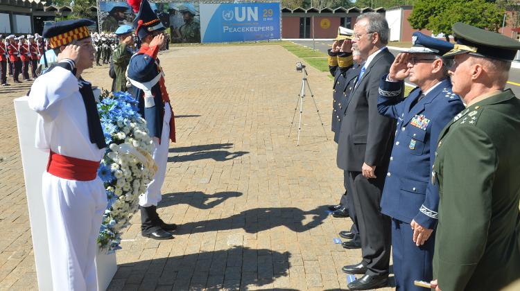 Ministro Raul Jungmann depositou uma coroa de flores no dispositivo símbolo do capacete azul, que identifica os integrantes mortos da ONU