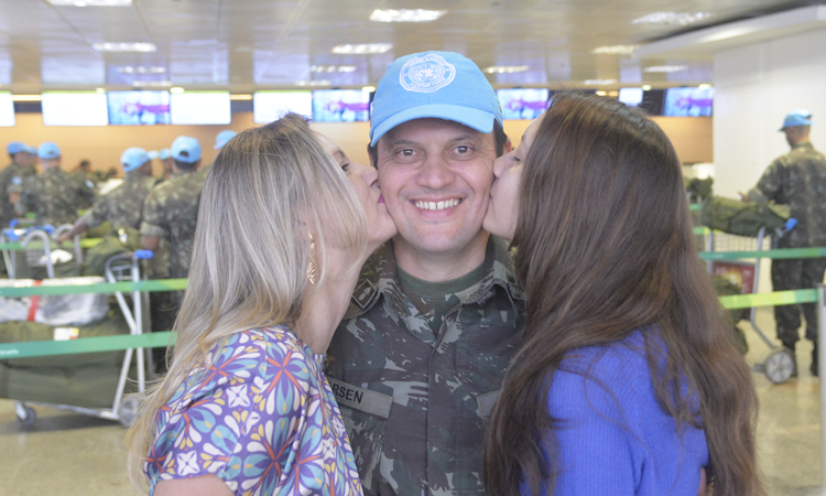 Família Larsen se despede do oficial de logística da Força Terrestre no aeroporto de Brasília