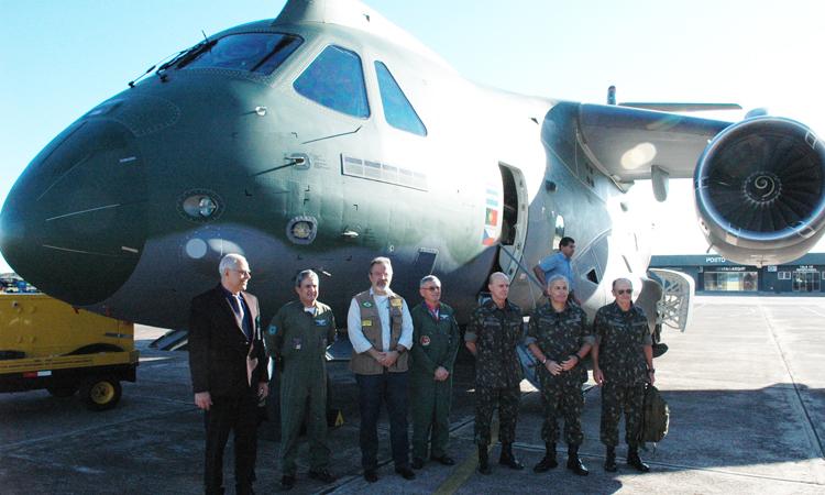 O protótipo do KC-390 ficará na Base Aérea até o dia 14 de julho, para testes e ensaios com lançamentos de carga e paraquedistas
