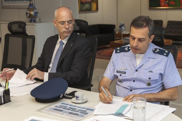 Assinatura de contrato entre FAB e Receita Federal vai otimizar treinamento de pilotos