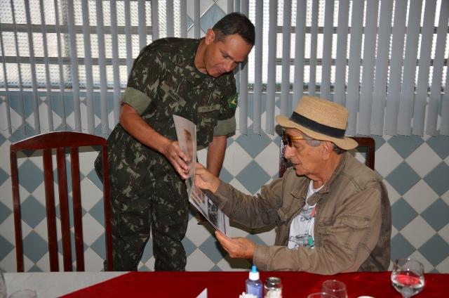 Jornalista Fernando Gabeira visita ponto de abastecimento da Operação Carro-Pipa