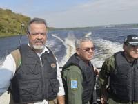 Acompanhado pelo comandante da Força Aérea, brigadeiro Rossato, e do chefe do EMCFA, almirante Ademir Sobrinho, Jungmann seguiu de lancha até um posto de bloqueio e controle fluvial