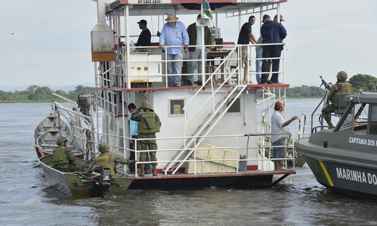 30 millitares da Marinha realizam patrulhas no rio Paraguai. As atividades da Ágata acontecem simultaneamente às ações cívico-sociais (Acisos).