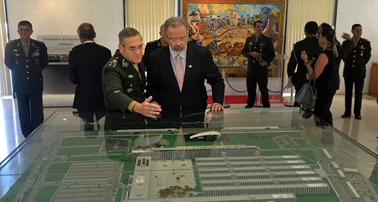 Ministro da Defesa conhece projetos estratégicos durante visita ao Quartel- General do Exército