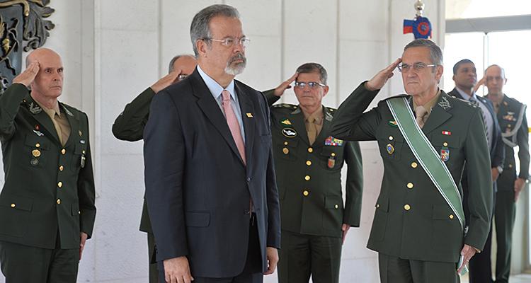Ministro Raul Jungmann foi promovido ao grau Grã-Cruz ao receber a ordem do Mérito Militar
