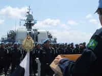 """Comandante da FTM se dirige à tripulação da Fragata """"Ali Haider"""", da Marinha de Bangladesh"""