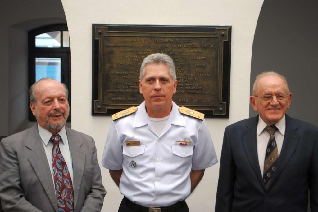 Placa comemorativa da Declaração de Guardas-Marinha da 1ª. Turma formada pelo CIORM, em 1952, com o CA DEMBY e dois integrantes desta turma, Engenheiros e 2º. Tenentes RM2 Leizer Lerner e Manoel Griner.