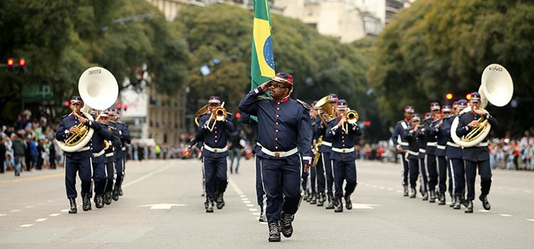 Fanfarra da 2ª Brigada de Cavalaria Mecanizada, de Uruguaiana (RS), desfila na avenida do Libertador - Foto: Infobae