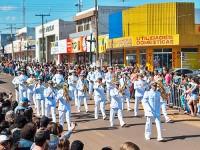 Público assiste desfile em Fátima do Sul