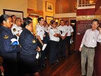 Capitão de Mar e Guerra (REF) Miyoshi conduz visita ao Museu Naval