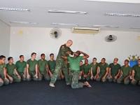 Primeiro-Sargento (PL) Carlos Gomes ministra aula de imobilizações
