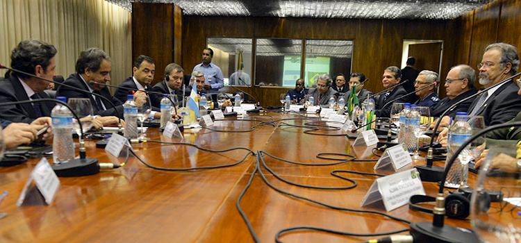 Brasil e Argentina discutem novos mecanismos de cooperação em Defesa