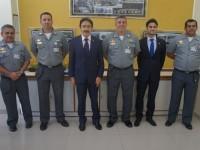 Parlamentares em visita a sala de reuniões da EAMCE