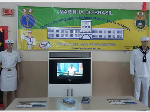 EAMSC divulga atividades da Marinha em escola de Florianópolis