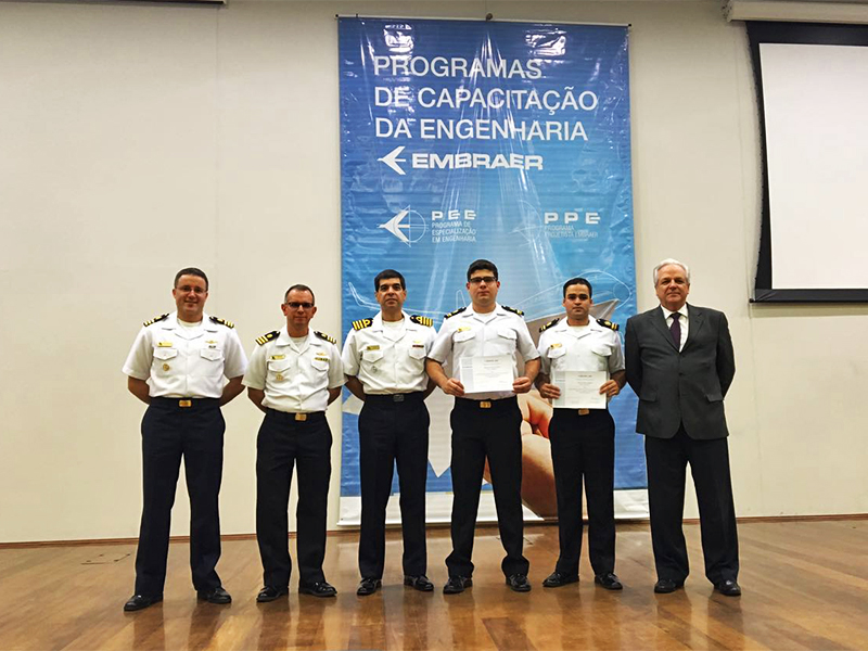1T (EN) Adriano Palermo Silva e 1T (EN) Juliano Maia Ismério (segurando os certificados de conclusão) concluem o curso da EMBRAER