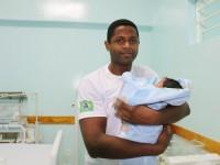 Cabo Anderson Cardoso Silva com seu filho Abel
