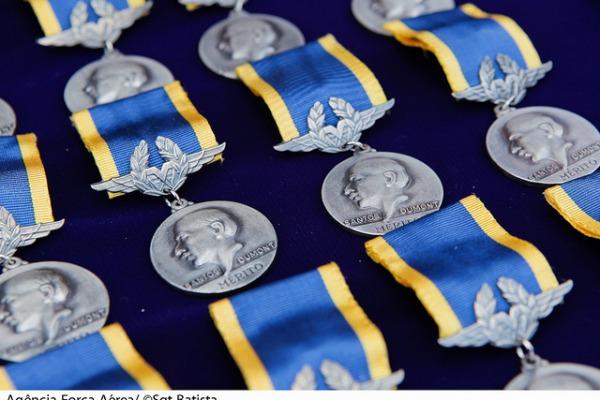 Aeronáutica entrega Medalha Mérito Santos-Dumont a 639 agraciados