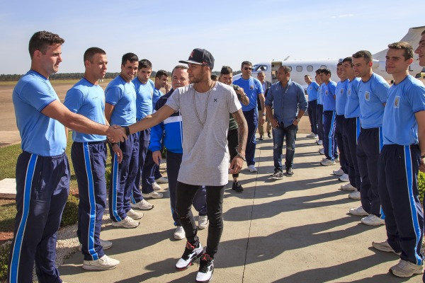 Neymar conhece Academia da Força Aérea, em Pirassununga (SP)